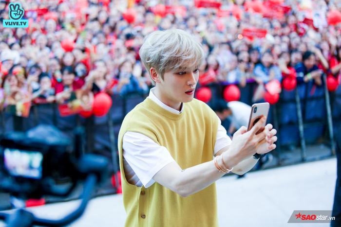 Kim Jae Joong đích thân sử dụng điện thoại để selfie với fan.