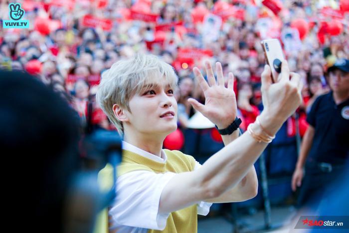 Giơ tay chào fan Việt vô cùng đáng yêu.