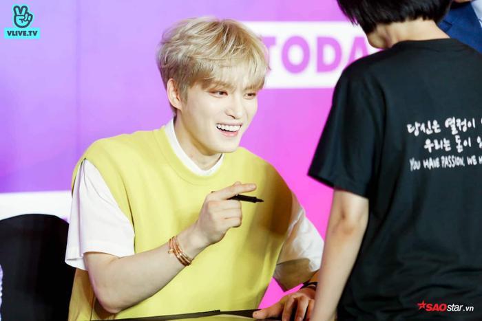 Anh chàng luôn nở nụ cười rạng rỡ khi được giao lưu cùng fan Việt.