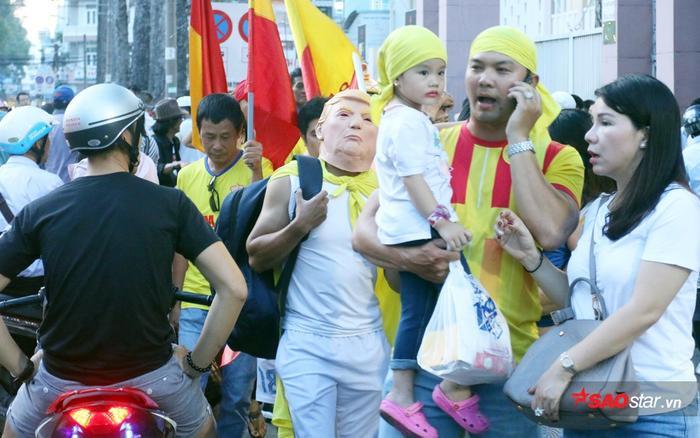 Một CĐV Nam Định bất ngờ đeo mặt nạ Tổng thống Donald Trump đến sân Thống Nhất.