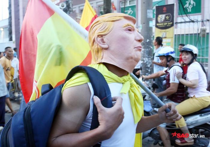 Trận đấu giữa TP.HCM và Hà Nội diễn ra vào lúc 19h hôm nay. Nhiều người chờ đợi sân Thống Nhất có thêm nhiều vẻ đẹp trên khán đài, ví dụ như một CĐV đeo mặt nạ Tổng thống Donald Trump.
