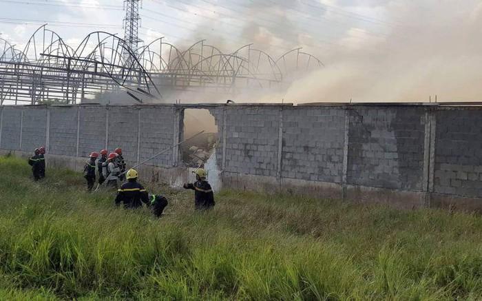 Lực lượng Cảnh sát PCCC phải đập tường để dập lửa. Ảnh: VOV