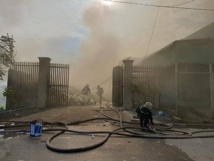 Khói bốc lên nghi ngút từ khu vực xảy ra cháy. Ảnh: Nhịp Sống Việt