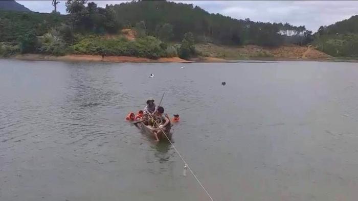 Lực lượng chức năng tìm kiếm trục vớt thi thể các nạn nhân. Ảnh: báo VTC News