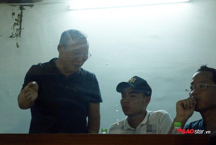 HLV Park Hang Seo đã cho phép tiền vệ Phạm Đức Huy cùng dõi theo trận TP.HCM – Hà Nội.