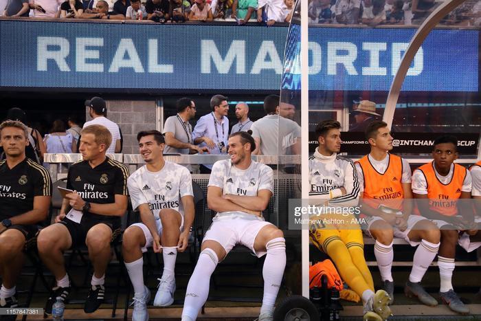 """Đáng chú ý, cánh phóng viên đã ghi lại cảnh Gareth Bale rất vui vẻ khi đội nhà đang thua đậm. Giứa tâm bão về lục đục nội bộ trong thời gian gần đây, hành động này được tờ The Sun gọi là """"khó có thể chấp nhận"""" được."""