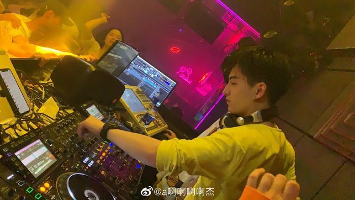 Trai đẹp làm DJ có góc nghiêng chuẩn soái ca khiến các cô gái chỉ muốn đi quẩy ngay lập tức! ảnh 8