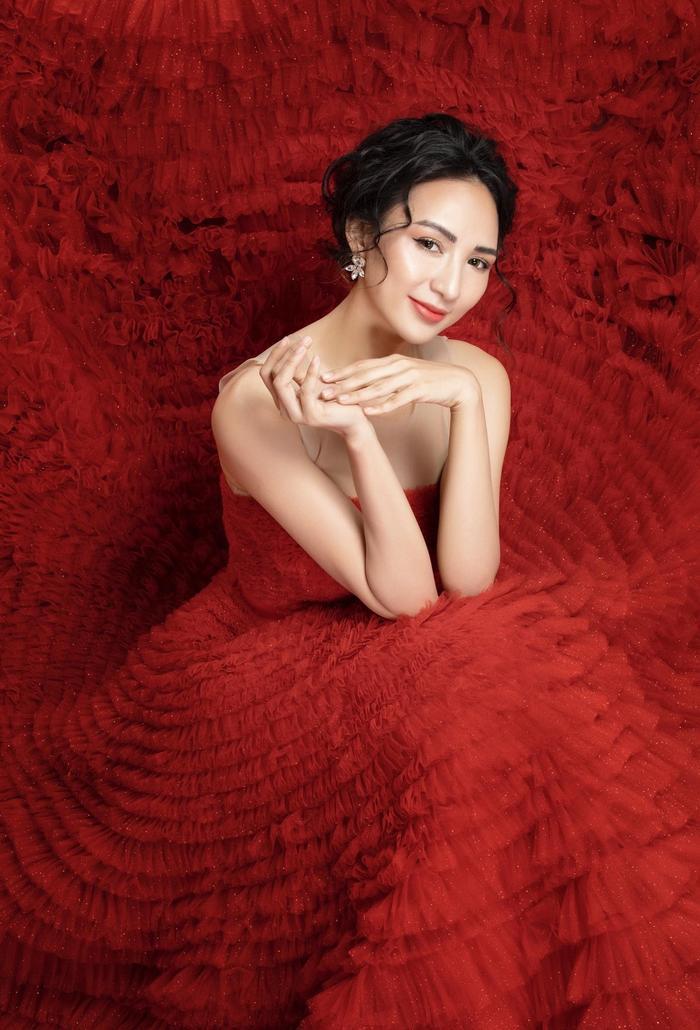 Hoa hậu du lịch Việt Nam 2008 mặc những thiết kế họa tiết lạ mắt, sang trọng. Bứt phá khỏi hình ảnh nữ tính, mềm mại, trang phục vừa tôn nét cá tính, hiện đại của người mặc.