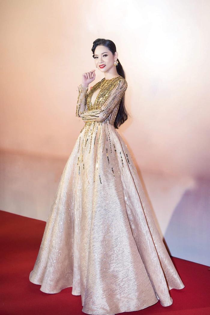 Mỹ nhân Phạm Hoàng Yến tỏa sáng trong chiếc gown metalic tuyệt mỹ