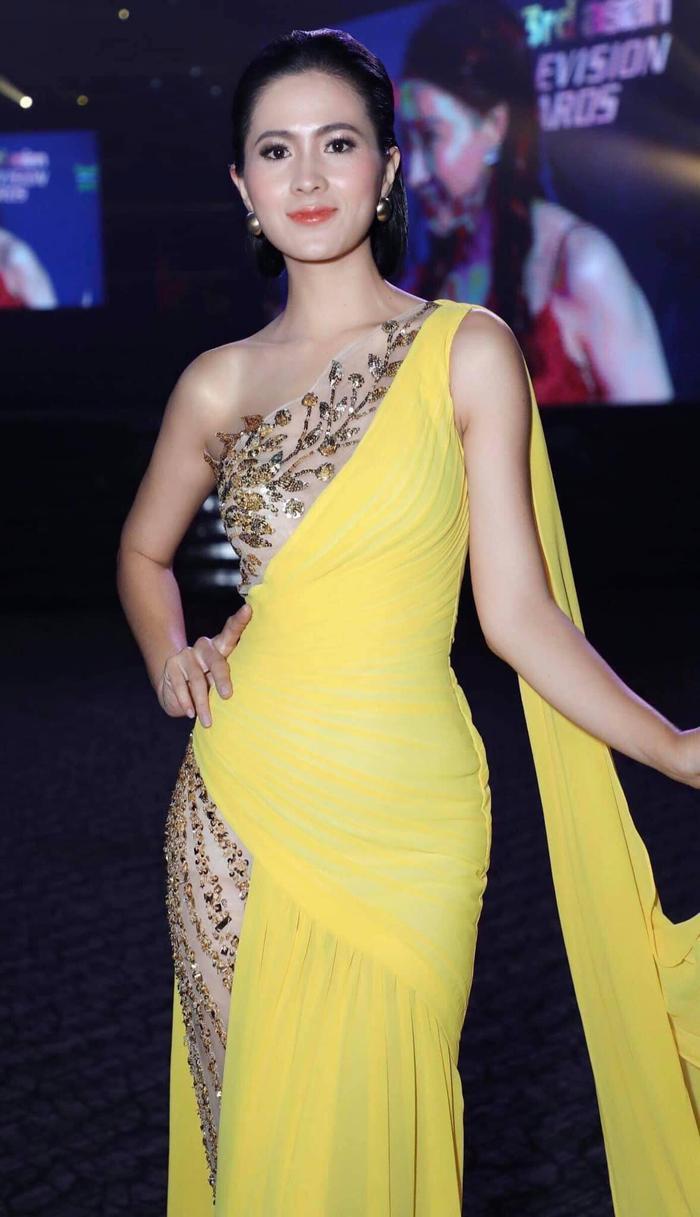 Mỹ nhân Thùy Trang tinh tế với chiếc đầm dạ hội vàng đính kết kim loại tỉ mỉ tinh tế