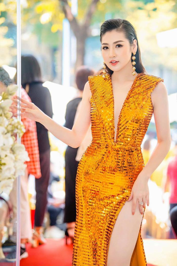 Tú Anh chọn phục sức đồng điệu để tôn nổi chiếc váy ánh kim rực rỡ