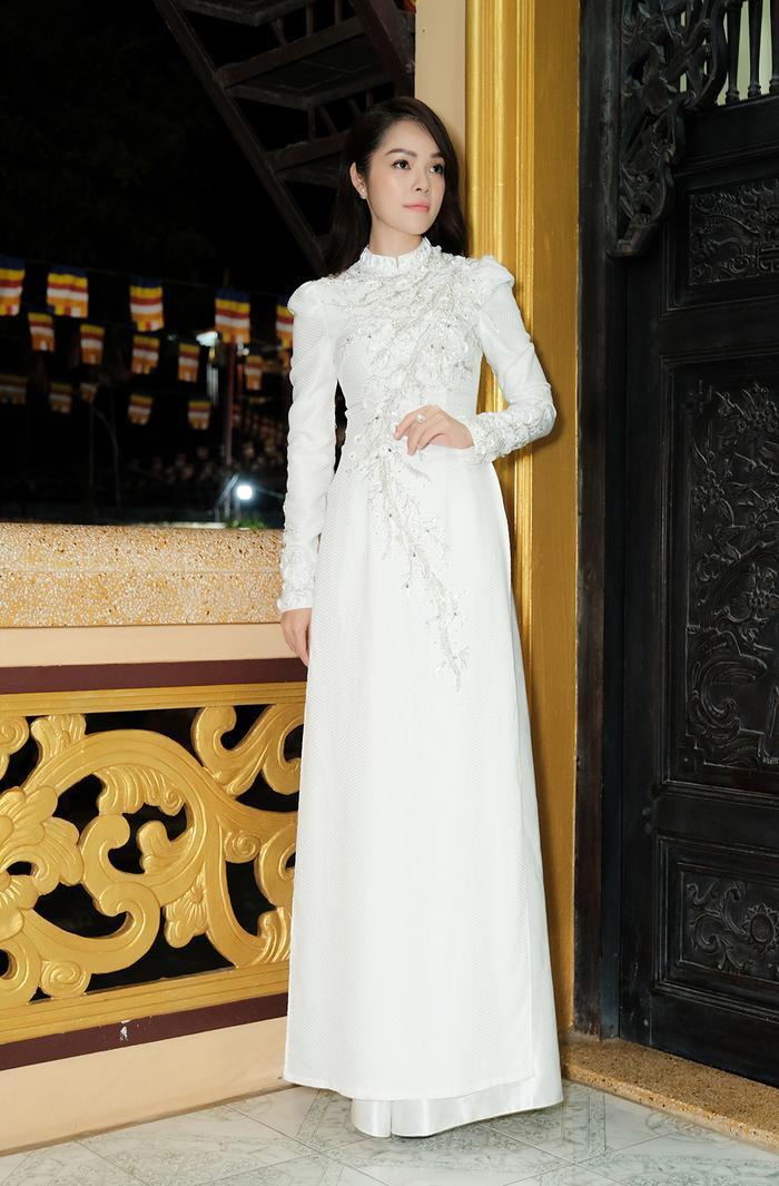Dương Cẩm Lynh trông kiêu sa, sang trọng với mẫu áo dài trắng đính pha lê cầu kỳ, nổi bật.