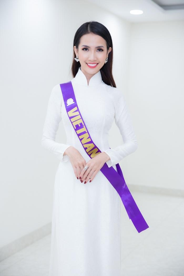 Tham dự một cuộc thi nhan sắc, Phan Thị Mơ dễ dàng tập trung sự chú ý khi chọn thả dáng cùng áo dài trắng.