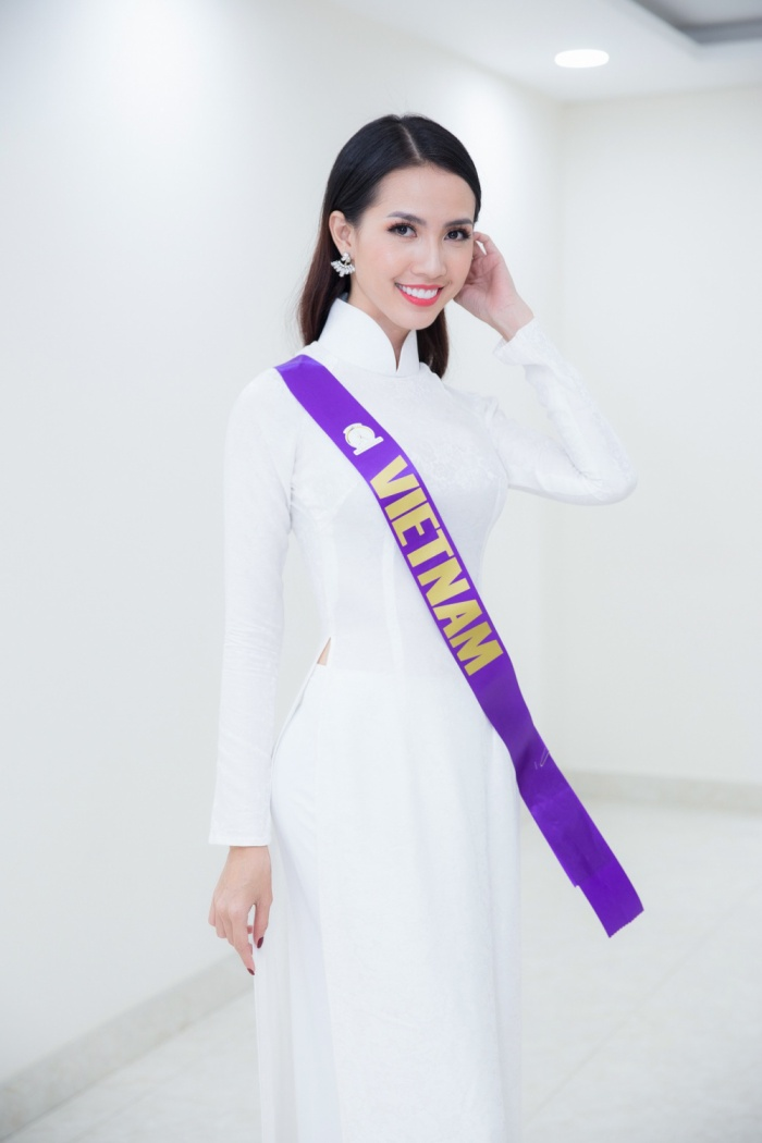 Chắc chắn không thể bỏ qua mái tóc đen dài tha thướt, tạo nên hình ảnh người đẹp Việt.