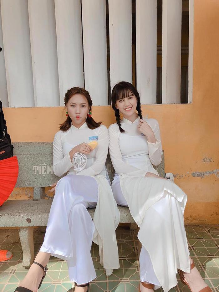 Cùng diện áo trắng nữ sinh, nếu Diệu Nhi trông tinh nghịch thì Ngọc Trinh lại đáng yêu hết mức với mái tóc tết bím.