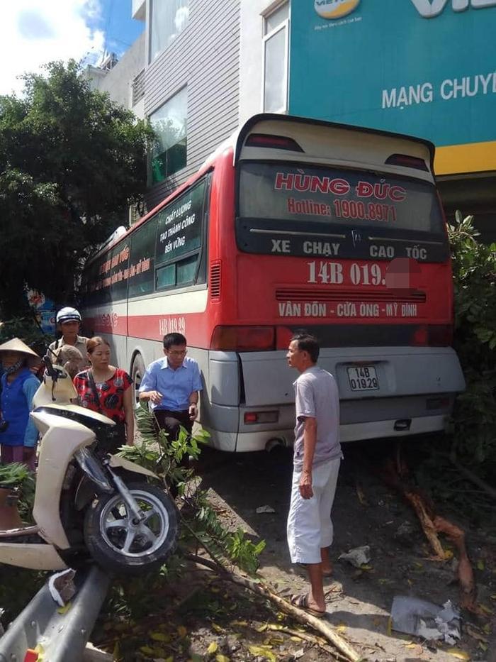Chiếc xe khách chỉ dừng lại khi tông vào vỉa hè phía trước Bưu cục Trần Hưng Đạo, TP. Hạ Long.