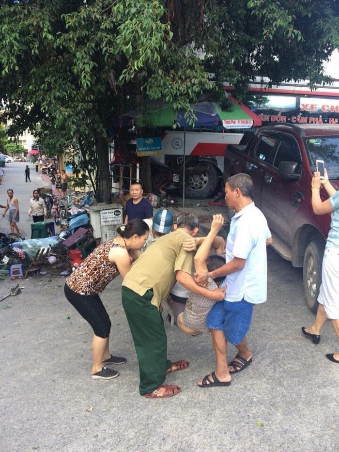 Người dân đưa nạn nhân bị thương đi cấp cứu.