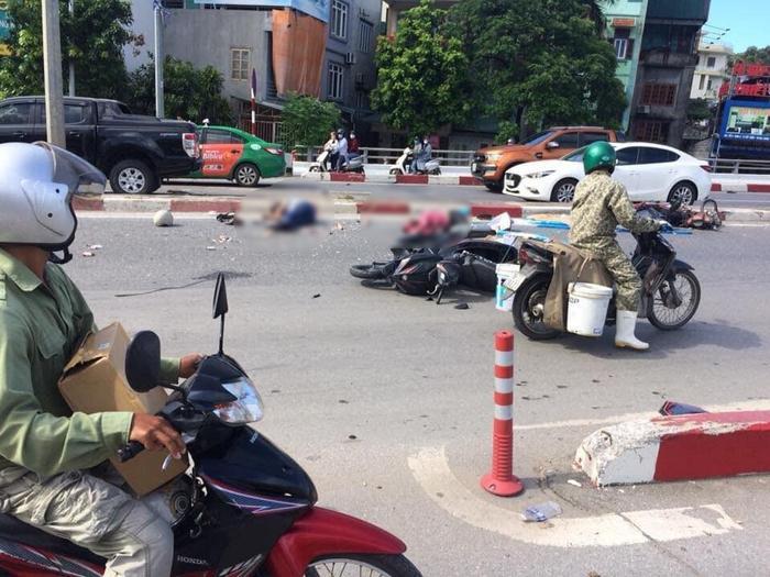 Nhiều người cùng phương tiện nằm la liệt sau tai nạn.