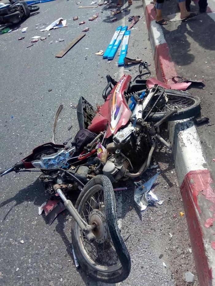 Một chiếc xe máy bị tông nát vụn.