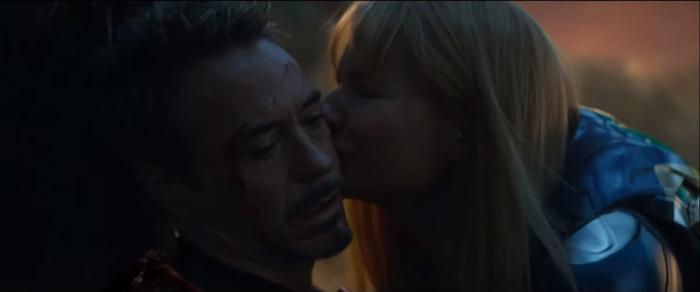 Pepper hôn tạm biệt chồng mình trong nước mắt.