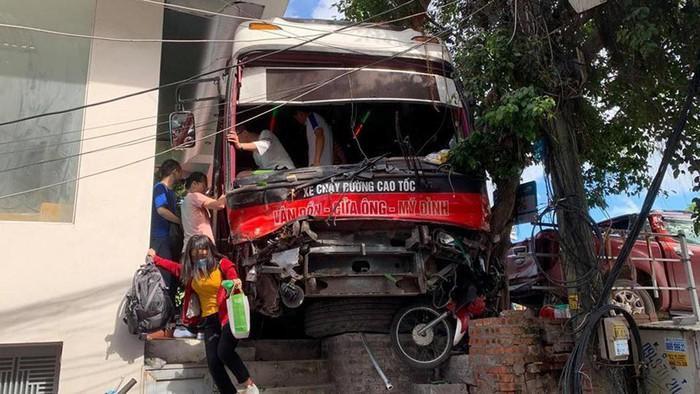Xe khách mất lái đâm hàng loạt ô tô, xe máy trên đường rồi lao lên vỉa hè. Ảnh: Thanh Niên