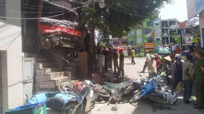 Hiện trường vụ xe khách mất lái đâm hàng loạt xe máy trên quốc lộ ở Quảng Ninh. Ảnh: An toàn giao thông