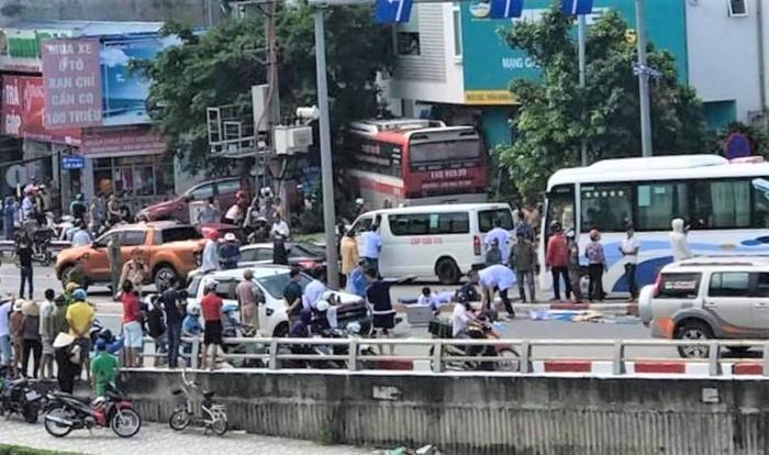 Những người bị thương được đưa đi cấp cứu. Ảnh: Gia đình Việt Nam
