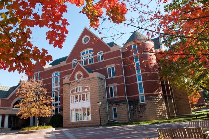 Với bề dày lịch sử gần 150 năm, Đại học Macalester từng đón nhận nhiều sinh viên xuất sắc như Tổng Thư ký Liên Hiệp Quốc Kofi Annan.