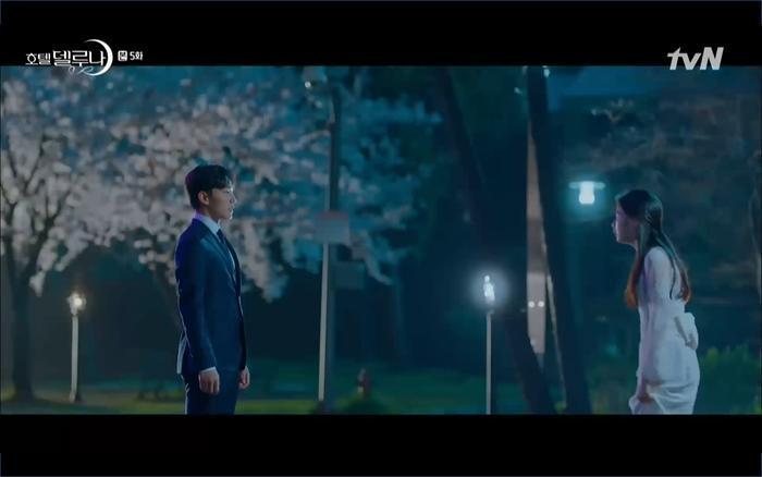 Cô dâu nhờ đến sự giúp đỡ của Chan Sung.