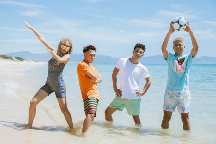 Bộ đôi hot Youtuber này cũng sẽ mang đến cho người xem những phút giây thư giãn, vui vẻ. MV chính là thước phim ghi lại những khoảnh khắc cùng nhau nhảy múa, hát hò vui vẻ của những người bạn bên bãi biển đầy nắng.
