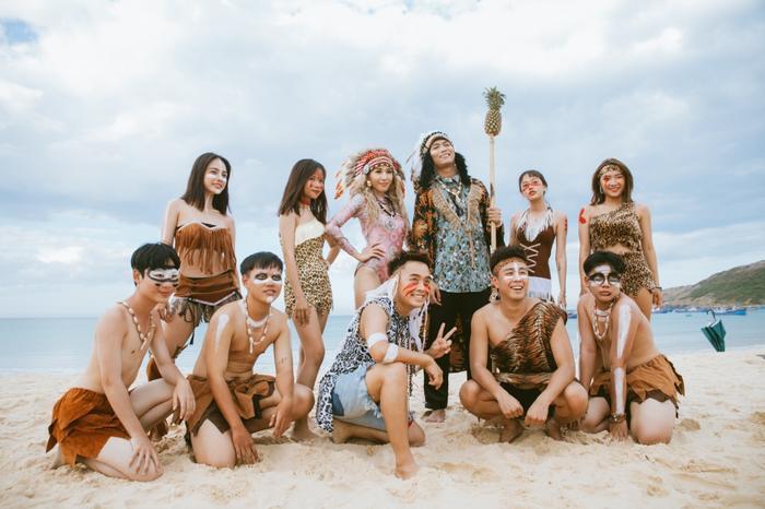"""Hình ảnh trong MV """"Ơ sao bé không lắc?"""" mang gam màu tươi mới, đậm chất biển khơi. Lấy bối cảnh chính là bữa tiệc của những thổ dân thời kì đồ đá trên hòn đảo hoang, MV đem đến không khí tiệc tùng một cách độc đáo, mới lạ."""