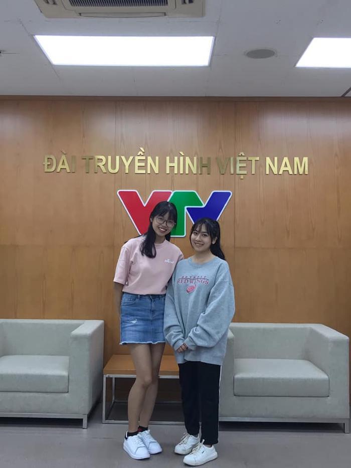 Lê Na chụp chung với nữ sinh còn lại của trận đấu tại VTV.