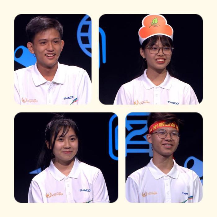 Lê Na – thứ 3 từ trên xuống – cùng 3 thí sinh còn lại của trận đấu.