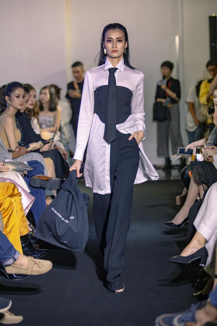 Siêu mẫu Quỳnh Hoa, Chúng Huyền Thanh đội mưa gió đến xem show diễn đầu tay của Mâu Thủy ảnh 11
