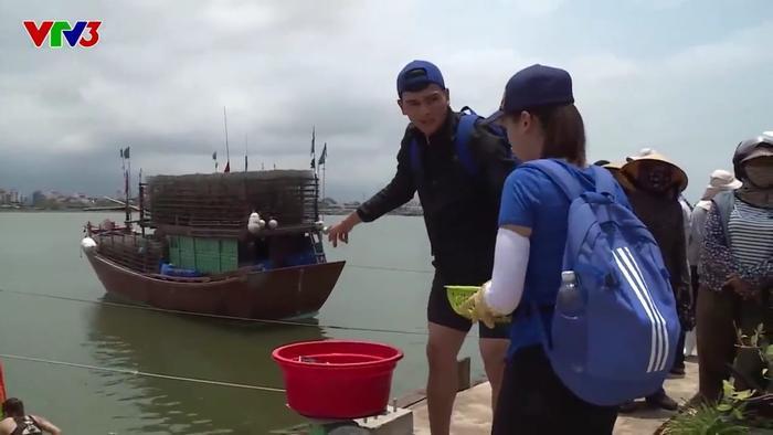 """Khi lấy thừa số cá, Xuân Tiền kêu Mỹ Linh mang trả lại. Nhưng cô lại hỏi """"Mang trả lại số cá thừa hay cá kia?""""."""