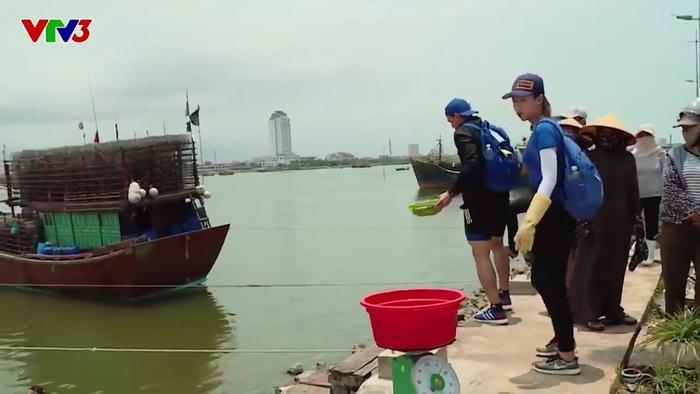 """Không chỉ khiến người xem khó chịu với câu hỏi ngô nghê, Xuân Tiền cũng chán nản trước bạn chơi của mình, anh chàng tự mang cá đi trả lại: """"Mang trả lại cái thừa chứ mang trả lại cái kia làm gì""""."""