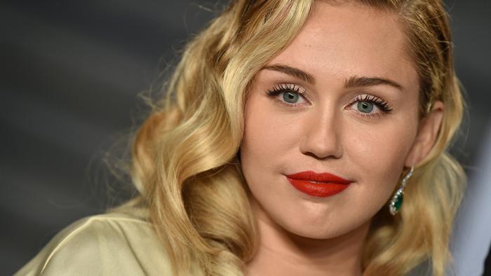 """Mới đây, Miley Cyrus đã cover """"sương sương"""" ca khúc Old Town Road của bố mình."""