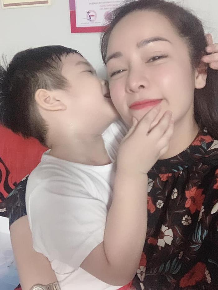 Dòng chia sẻ của Nhật Kim Anh cùng hình ảnh 2 mẹ con gặp nhau đã khiến không ít người hâm mộ xúc động và bày tỏ tình cảm
