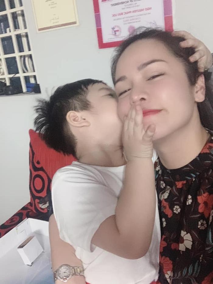 """Nhật Kim Anh chia sẻ hình được con trai ôm hôn thắm thiết khi gặp nhau cùng dòng caption:""""Đợi từ 10h sáng đến 5h chiều mới được gặp em! Gặp là như zị nè! Em làm mẹ quên hết mệt mỏi!"""""""