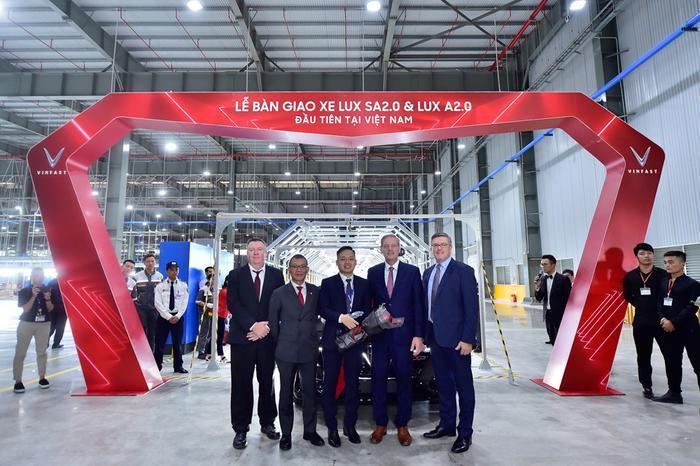 Lễ bàn giao xe Lux SA2.0 và Lux A2.0 đầu tiên tại Việt Nam.