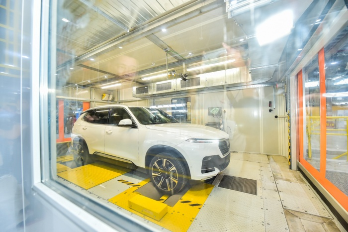 Một chiếc xe VinFast được kiểm tra trực tiếp tại phòng test động DVT. Chủ nhân chiếc xe cũng được ngồi trên chiếc xe của mình.