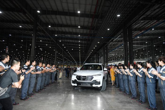 Sau các bước kiểm tra cuối cùng, khách hàng đích thân điều khiển xe rời khỏi băng chuyền nhà xưởng.