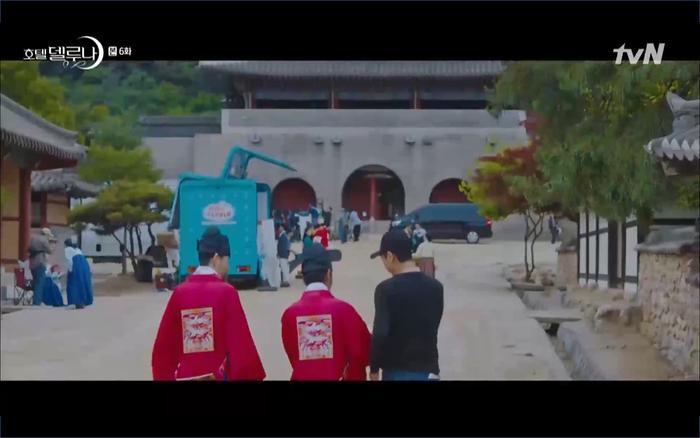 Man Wol và Chan Sung đưa hồn ma đến phim trường lịch sử.