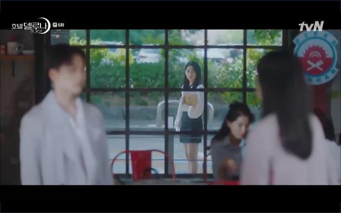 Cuộc gặp đã bị Yoo Na nhìn thấy và tình báo đến Man Wol.