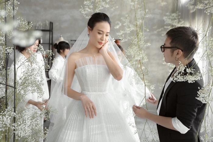Được biết, người đứng sau nhan sắc xinh đẹp của Đàm Thu Trang trong ngày trọng đại không ai khác chính là NTK Chung Thanh Phong.