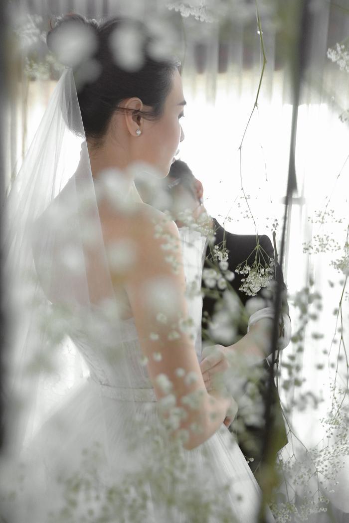"""Khi hỏi về giá của những bộ váy cưới này, NTK đáp: """"Cô dâu Đàm Thu Trang được tặng những món phụ kiện rất đắt tiền để diện trong ngày cưới như bộ trang sức sang trọng của thương hiệu Tiffany & Co, giày cao gót đính pha lê tinh xảo từ nhà mốt Jimmy Choo…"""""""