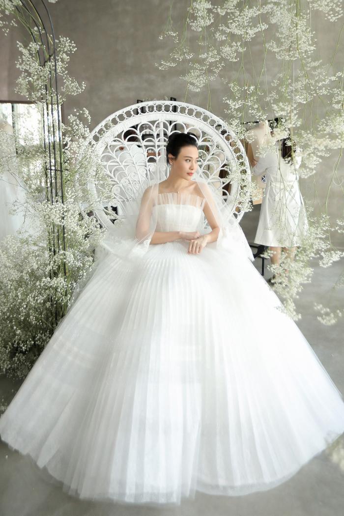 Được biết, để có chiếc váy cưới lộng lẫy đẹp như cổ tích cho cô dâu Đàm Thu Trang, nhà mốt gốc Đà Nẵng đã huy động đội ngũ nhân công tay nghề cao, thêu họa tiết, đính kết đá pha lê, đá swarovski 100% bằng tay trong 3 tháng liên tục.