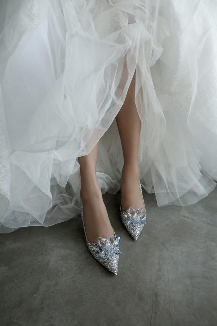 Cận cảnh đôi giày lấp lánh đắt giá.