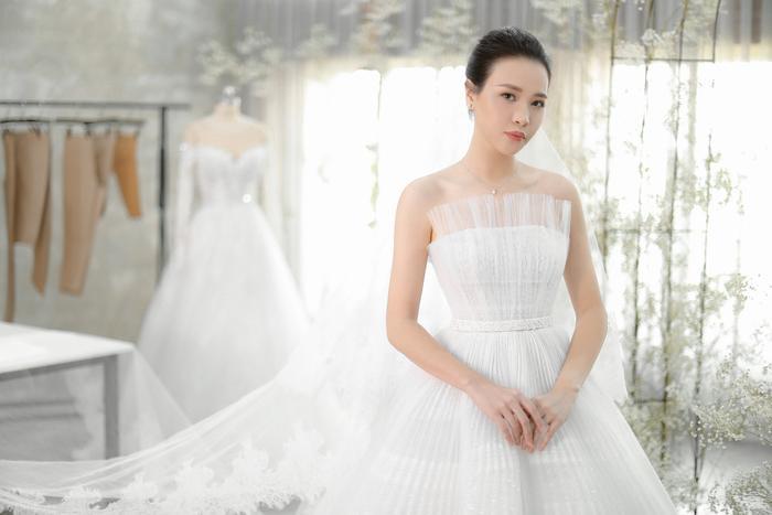 Đàm Thu Trang vốn sở hữu vóc dáng mảnh mai, gương mặt xinh đẹp cuốn hút nên chỉ cần áp dụng lối trang điểm tự nhiên và kiểu tóc búi cao gọn gàng đã đủ để cô tỏa sáng trọng ngày trọng đại.