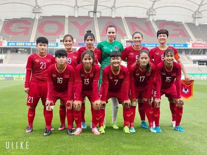 Cô và đội tuyển bóng đá nữ.
